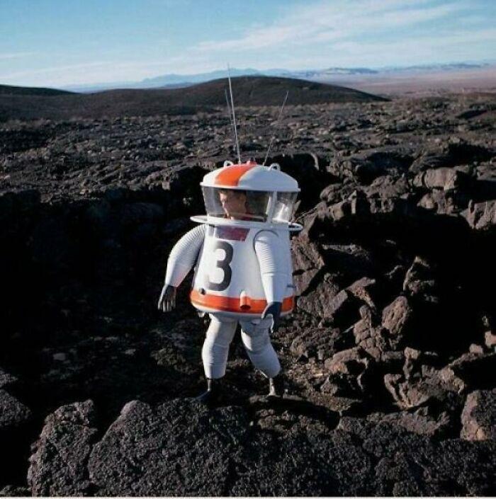 Вот так должен выглядеть скафандр на самом деле, если речь идет о посещении других планет. Шаг в космическую эру из 1962 года